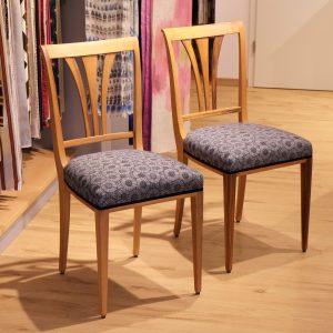 Neupolsterung von zwei Stühlen mit geöltem Gestell